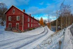 传统红色色土绘了颜色木房子,芬兰 库存照片