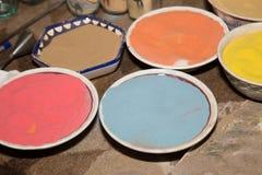 传统纪念品的多彩多姿的沙子在约旦 免版税库存照片