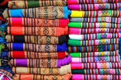 传统纺织品显示在市场上在利马,秘鲁 免版税库存图片
