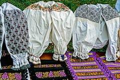 传统罗马尼亚被绣的服装和材料 免版税库存图片