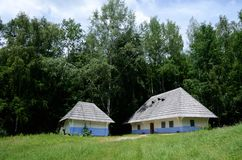传统老农村乌克兰篱笆条和涂抹房子, Pirogovo 免版税图库摄影