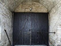 传统老大葡萄酒无背长椅样式铁门和难看的东西w 图库摄影