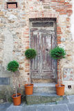 传统老木门在意大利 免版税库存图片