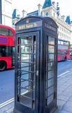传统老telephon摊在中央伦敦 免版税库存照片