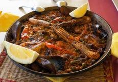 传统肉菜饭供食在餐馆在巴塞罗那, 免版税库存照片