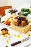 传统自创巧克力蛋糕 土气样式和自然锂 免版税库存照片