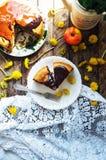 传统自创巧克力蛋糕 土气样式和自然锂 免版税库存图片