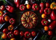 传统自创ratatouille法国素食食物菜 被分类的菜背景 顶视图 免版税库存图片