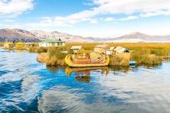 传统芦苇小船的喀喀湖,秘鲁,普诺, Uros,南美,浮动海岛,自然层数 免版税库存照片