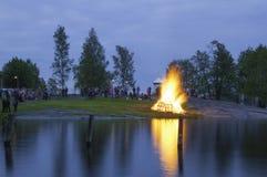 传统芬兰夏至篝火 免版税库存图片
