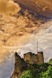 传统英国诺曼底城堡在风雨如磐的天空下 图库摄影
