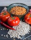 传统英国食物-在西红柿酱的被烘烤的白豆和 免版税库存图片