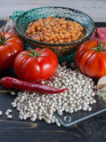 传统英国食物-在西红柿酱的被烘烤的白豆和 免版税库存照片