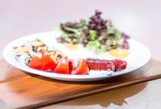 传统英式早餐用煎香肠和鸡蛋 免版税库存图片