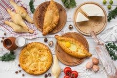 传统英王乔治一世至三世时期adjara khachapuri和Kolkh khachapuri在桌上 烘烤自创 顶视图 平的位置 库存图片
