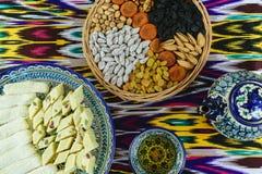 传统茶道在撒马而罕,乌兹别克斯坦,顶视图 免版税库存照片