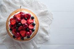 传统草莓蛋糕自创食家甜点心面包店食物 免版税图库摄影