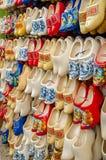 传统荷兰在纪念品的障碍物木鞋子存放阿姆斯特丹 库存图片