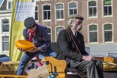 传统荷兰扁圆形干酪农夫在乳酪市场上 免版税库存照片