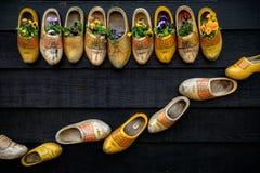 传统荷兰木鞋子 库存照片