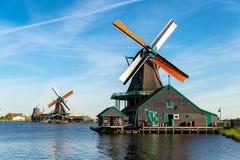 传统荷兰木风车在Zaanse Schans,荷兰 免版税库存照片