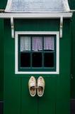 传统荷兰窗口和木鞋子 免版税库存图片