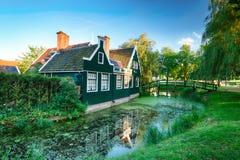 传统荷兰老房屋建设在Zaanse Schans -博物馆v 免版税库存照片