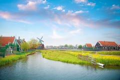 传统荷兰老木风车在Zaanse Schans 免版税库存图片