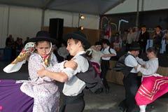传统葡萄牙民俗的音乐执行舞台上在河鱼节日 免版税图库摄影