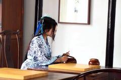 传统蓝色和白色Hanfu礼服戏剧的中国妇女比赛去 免版税库存图片