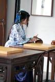 传统蓝色和白色Hanfu礼服戏剧的中国妇女比赛去 免版税库存照片