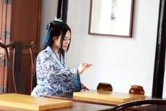 传统蓝色和白色Hanfu礼服戏剧的Aisan中国妇女比赛去 库存图片