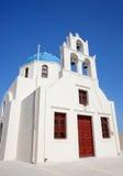 传统蓝色圆屋顶在Oia,圣托里尼 免版税库存图片