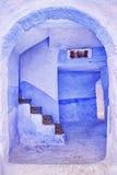 传统蓝色在Chaouen,摩洛哥绘了房子 库存图片