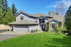 传统蓝色家外部在有木房屋板壁的Puyallup 免版税库存照片