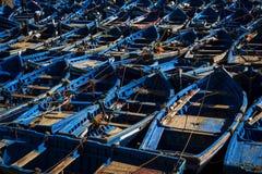 传统蓝色渔船在索维拉港口在摩洛哥 图库摄影