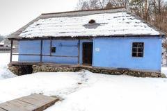 传统蓝色罗马尼亚黏土农村房子 免版税库存照片
