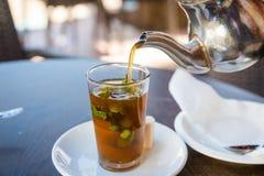 传统薄荷的茶,亦称巴巴里人威士忌酒,摩洛哥 免版税库存图片