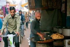 传统蛋糕面包和骑自行车者的摊贩 免版税库存图片