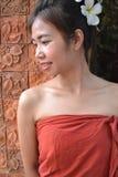 传统衣物的微笑的少妇 免版税图库摄影