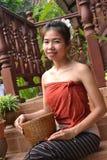 传统衣物的微笑的少妇 免版税库存照片