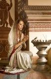 传统衣物的美丽的年轻印地安妇女有incens的 免版税库存照片