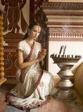 传统衣物的美丽的年轻印地安妇女有incens的 免版税库存图片
