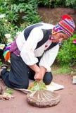 传统衣裳的人在的喀喀湖的Taquile海岛在秘鲁 库存照片