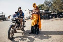传统衣裳的人有摩托车的在拉贾斯坦 免版税库存照片