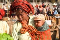 传统衣裳的人们在Indein的每周市场上 免版税库存照片
