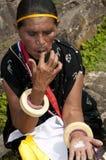 传统衣裳的妇女使用beatlenut 免版税图库摄影