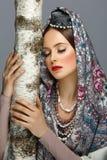 传统衣裳的美丽的俄国女孩 免版税库存照片