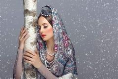 传统衣裳的美丽的俄国女孩 库存照片