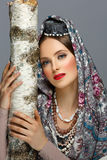 传统衣裳的美丽的俄国女孩 免版税图库摄影